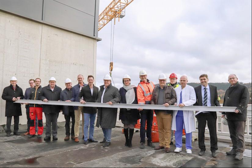 """Baustellenbesichtigung: Alle Beteiligten informieren sich über den Stand der 6,3-Millionen-Euro-Arbeiten auf dem Dach des """"Stillings"""" in Siegen"""