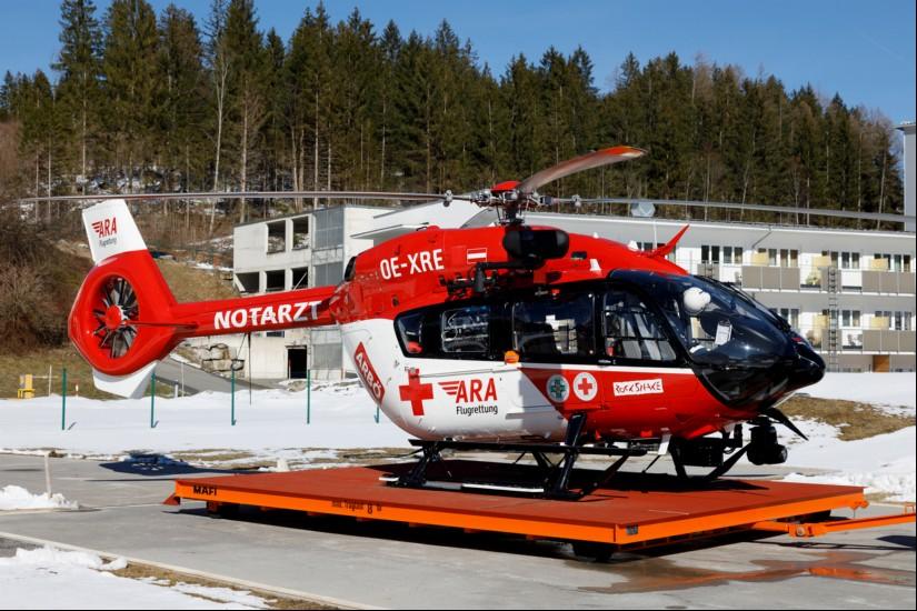 Seit April 2019 fliegt RK2 mit H145, rund drei Monate später folgte die Ausweitung der Einsatzzeiten. Im Hintergrund gut zu sehen: das Bezirkskrankenhaus Reutte.