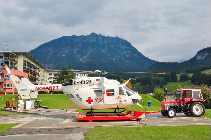 """Vorheriges Hubschraubermuster war die altbewährte BK 117, hier die """"exotische"""" D-HDSR am Standort."""