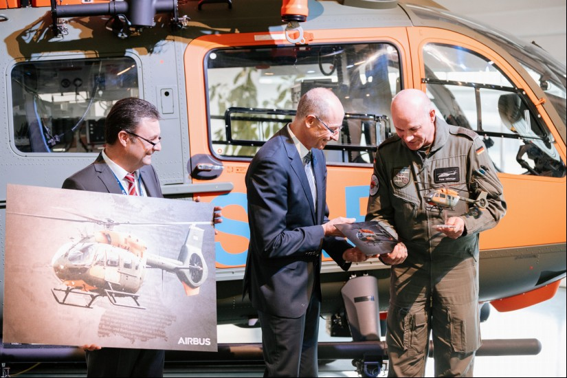 Heute wurde die erste H145 LUH SAR übergeben (v.l.n.r.: Ralph Herzog, Erster Direktor BAAINBw, Wolfgang Schoder, CEO Airbus Helicopters Deutschland und Oberst Peter Göhringer, Kommandeur Transporthubschrauberregiment 30)