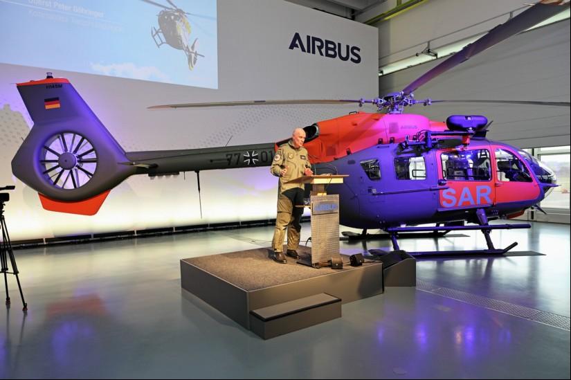 Oberst Peter Göhringer, Kommandeur des Transporthubschrauberregiment 30 in Niederstetten, während der Ansprache zur Übergabe der ersten von insgesamt sieben H145 LUH SAR im Hangar C9 bei Airbus Helicopters in Donauwörth