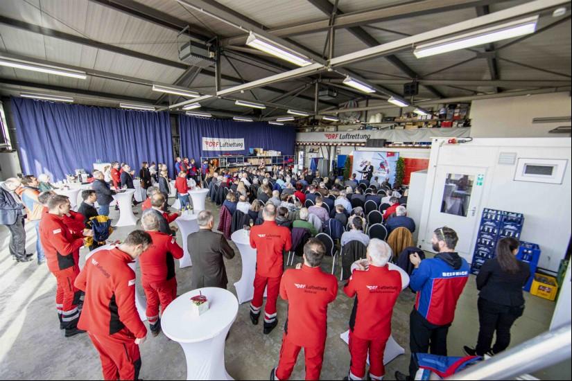 """Zahlreiche geladene Gäste fanden sich zur Begrüßung des neuen """"Christoph 54"""" im Hangar der Luftrettungsstation Freiburg ein"""