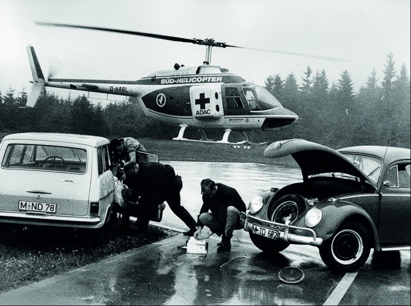 Als die Zahl der Verkehrstoten 1967 in Westdeutschland dramatische 20.000 erreicht, verlangen Notfallmediziner eine bessere Versorgung von Verletzten. Der ADAC e.V. greift diese Idee auf und führt Ende der 60er Jahre einen Probelauf mit angemieteten Hubsc
