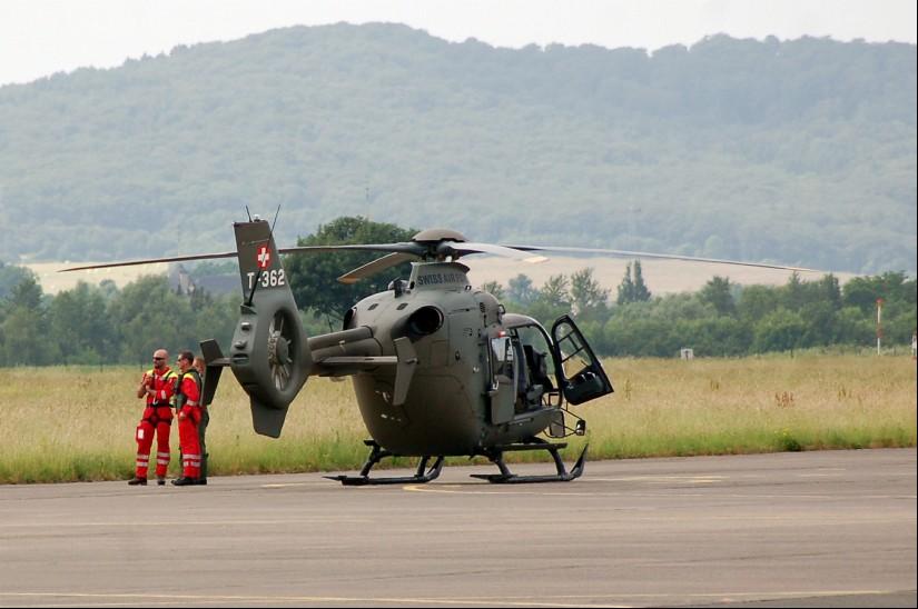 Eine EC 635 der Schweizer Luftwaffe. Leicht erkennbar: Es handelt sich um eine Archivaufnahme