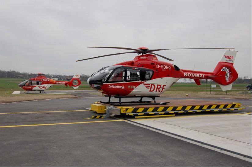 """Am Flugplatz Latsch bei Weiden i. d. OPf. ist bislang eine EC 135 der DRF Luftrettung als """"Christoph 80"""" stationiert (Archivaufnahme aus dem April 2012)"""