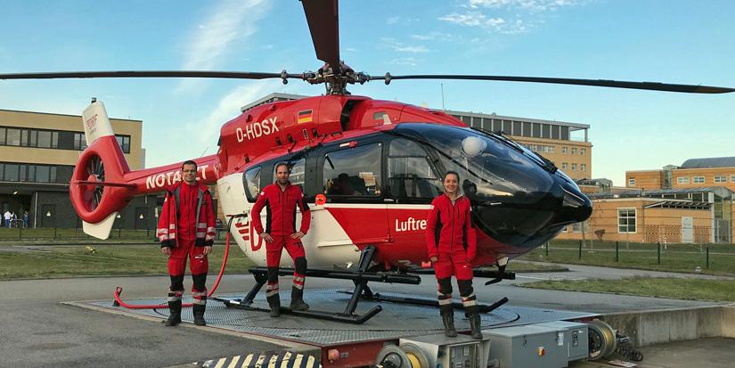 """Stolz präsentiert sich die Crew von """"Christoph 47"""" vor ihrem neuen Hubschrauber"""