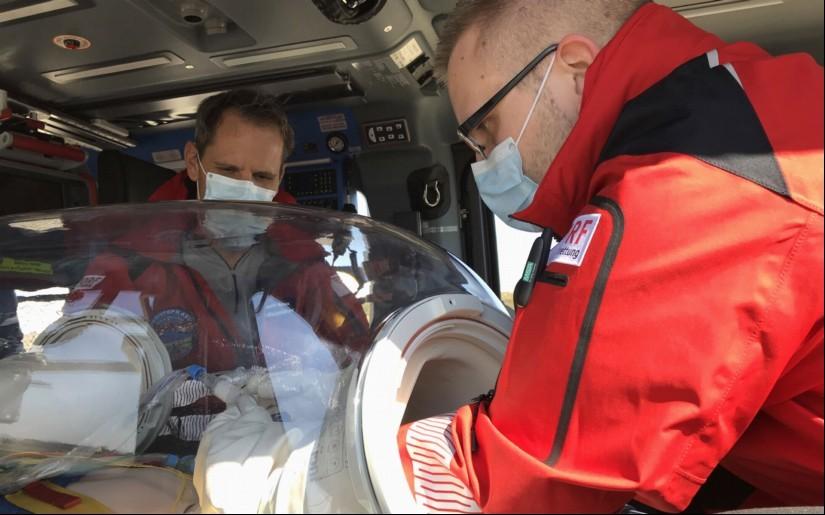 Isoliertrage EpiShuttle der DRF Luftrettung – Behandlung nur über die luftdichten Zugänge