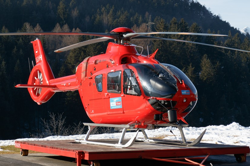 """Mit einer H135 - hier die """"OE-XHH"""" symbolisch an einem anderen Stützpunkt - hat der neue NAH """"Martin 5"""" seinen Betrieb für Niederösterreich aufgenommen."""