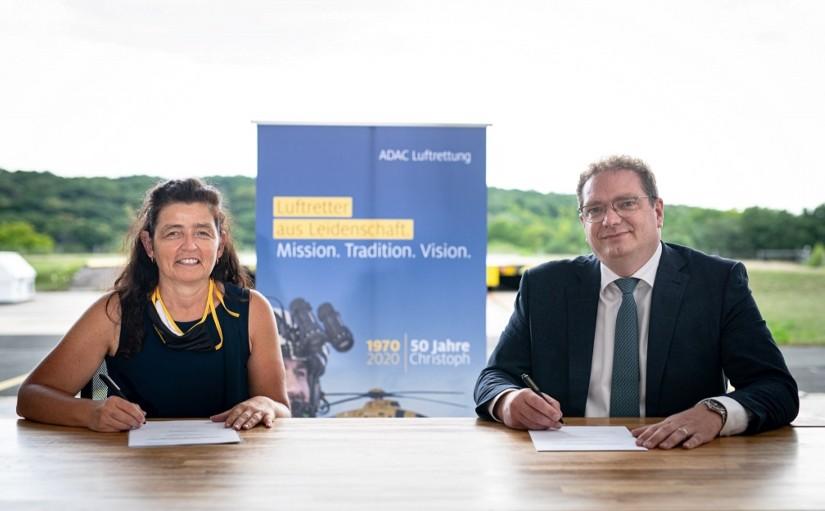 """""""Christoph 18"""" bleibt fünf weitere Jahre in Ochsenfurt: Den entsprechenden Vertrag unterzeichneten Christine Haupt-Kreutzer, Vorsitzende des ZRF Würzburg (li.), und Frédéric Bruder, Geschäftsführer der ADAC Luftrettung (re.)"""
