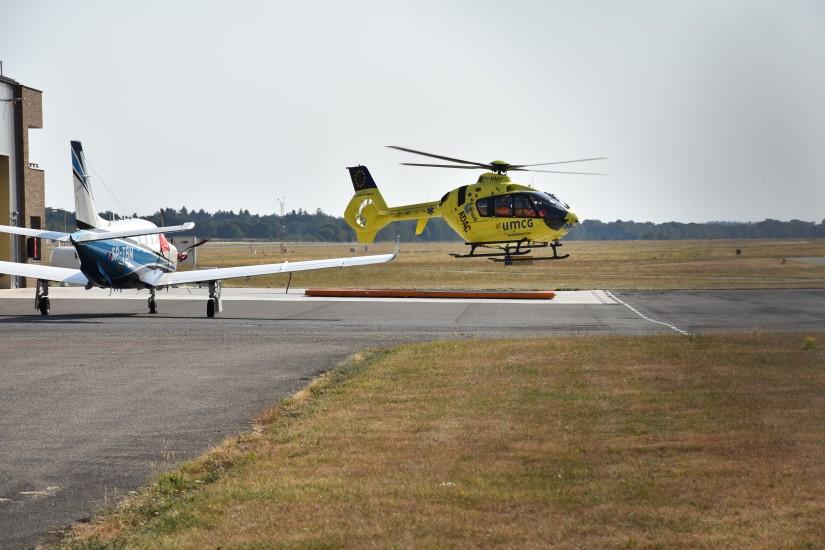 """Im August 2018 flog sie indes noch mit dem Kenner PH-MMT als Traumahelikopter """"Lifeliner Europa 4"""" in und um Groningen – hier landet sie gerade an ihrer Basis am Flughafen Groningen/Eelde (EHGG)"""