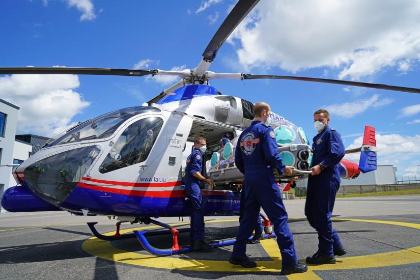 """Didier Dandrifosse, Head of Medical bei der LAR, erklärt: """"Ein [...]Vorteil der EpiShuttles ist, dass die aufwendige Desinfektion der gesamten Hubschrauberkabine entfällt."""""""