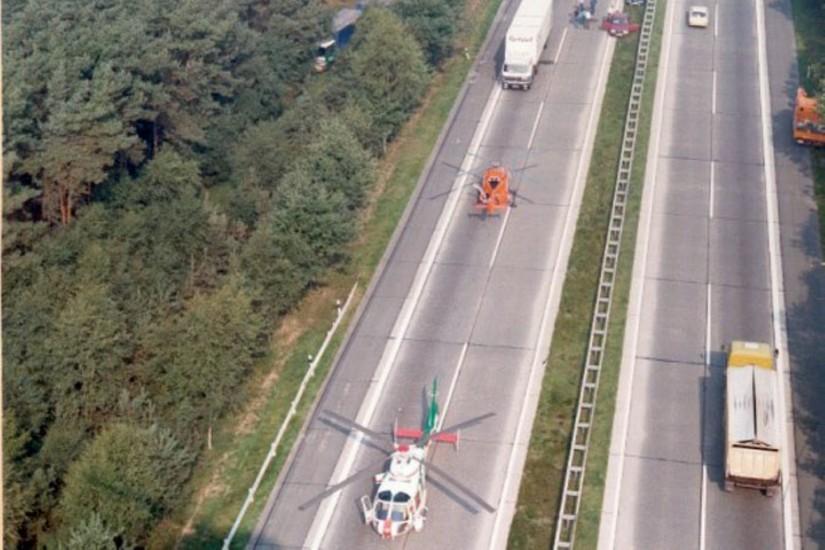 """Von 1981 bis 1983 flog in Uelzen """"Phönix 14"""" der PHuSt Niedersachsen (eine SA 365 von Aérospatiale/Sud Aviation) – hier bei einem gemeinsamen Autobahn-Einsatz mit dem ZSH """"Christoph 4"""""""