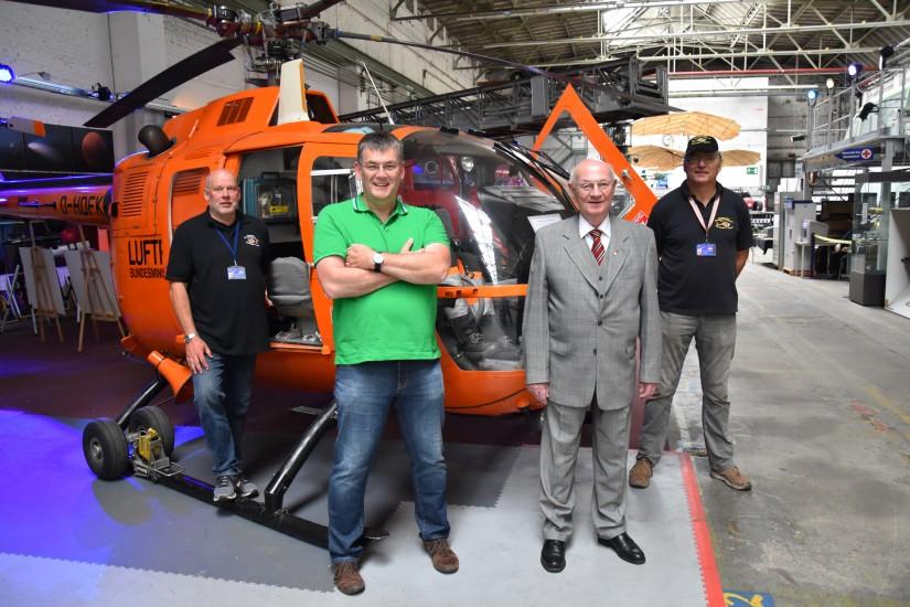 Zum Gruppenfoto vereint: (v.l.n.r.) Jürgen Vöhl, Jörn Fries, Hans-Werner Feder und Dirk-Uwe Bippart vor der BO 105 C mit dem Kenner D-HDFK