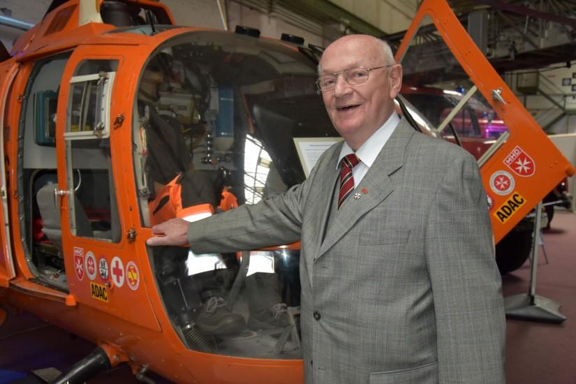 """Aus seinem Not-Arzt-Hubschrauber-Test von 1967 entwickelte sich das flächendeckende Luftrettungssystem, wie wir es heute kennen: Hans-Werner Feder vor """"dem"""" Symbol der Luftrettung – der BO 105 von MBB"""