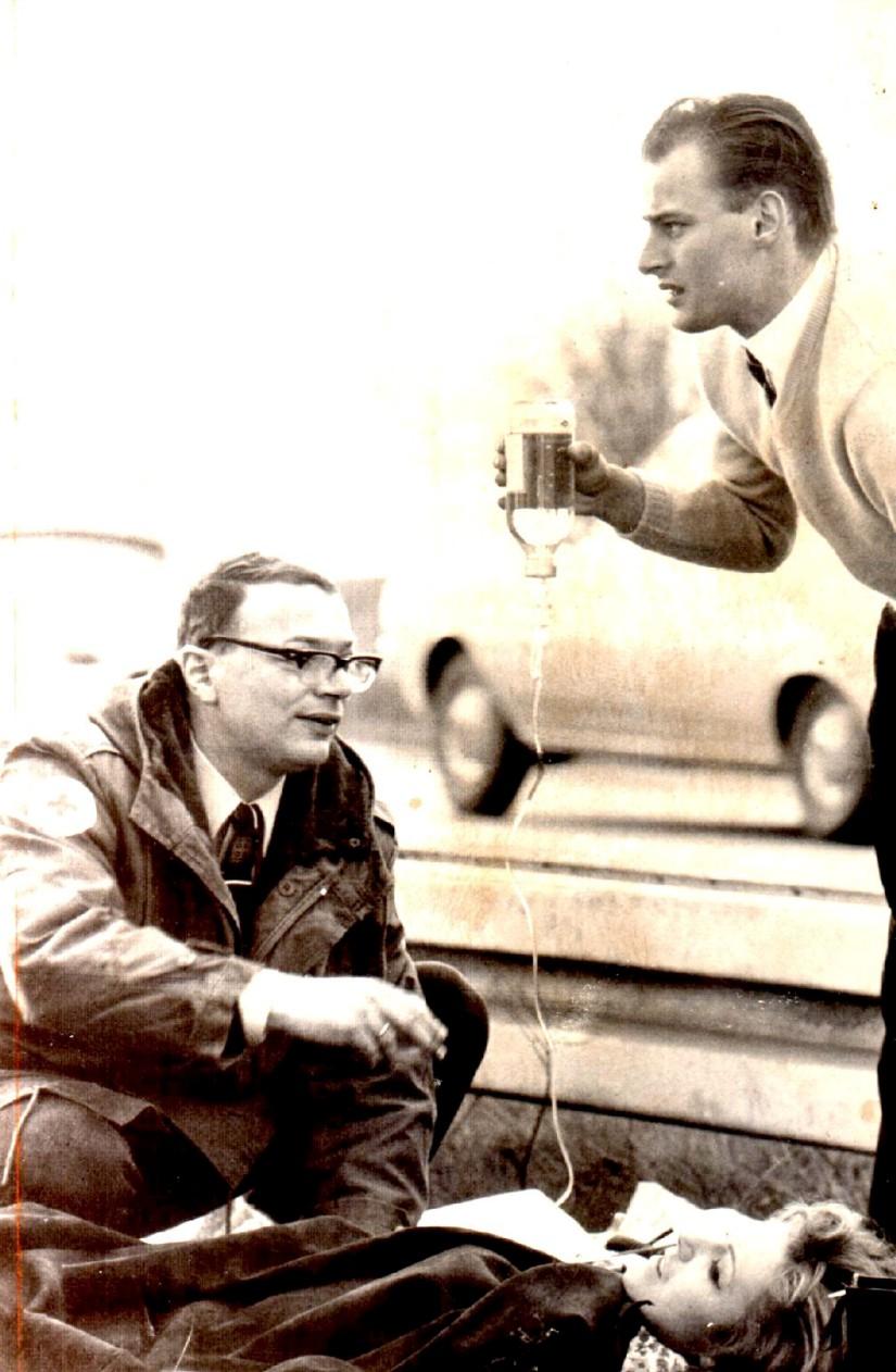 Bei seinen Notfalleinsätzen wurde Feder im Sommer 1967 immer wieder mit menschlichem Leid konfrontiert (hier ein Einsatz auf einer Autobahn im Rhein-Main-Gebiet)