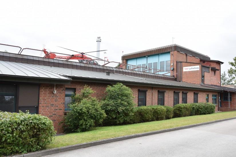Vor rund einem Jahr flog die EC 145 noch von ihrer alten Station am Imland-Klinik-Standort Rendsburg aus - hier startet sie gerade zu einem Notfalleinsatz