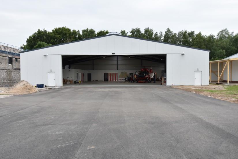 """An seiner neuen Heimatstation angekommen: der Dual-Use-RTH """"Christoph 42"""" im Hangar auf dem Flugplatz Rendsburg-Schachtholm"""