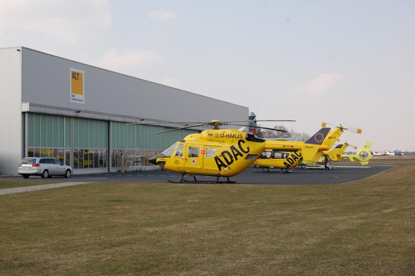 Im März 2013 stehen gleich drei unterschiedliche Hubschraubermuster der ADAC Luftrettung bzw. des ANWB-MAA vor der ALT-Halle am Flugplatz Bonn-Hangelar, vorne eine BK 117, die zuletzt in Sande flog