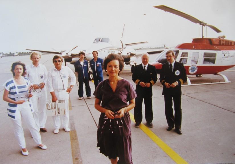 Ina v. Koenig (in der Bildmitte) im Jahr 1976 vor einem Ambulanzflugzeug und der neu angeschafften Bell 206 L Long Ranger