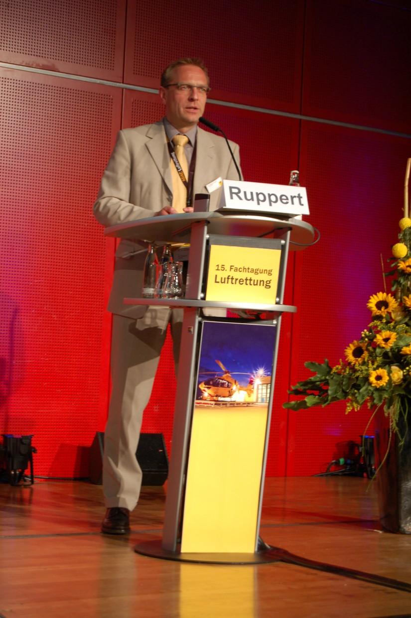 Matthias Ruppert Ende Oktober 2013 auf der 15. Fachtagung Luftrettung in der Mainzer Rheingoldhalle