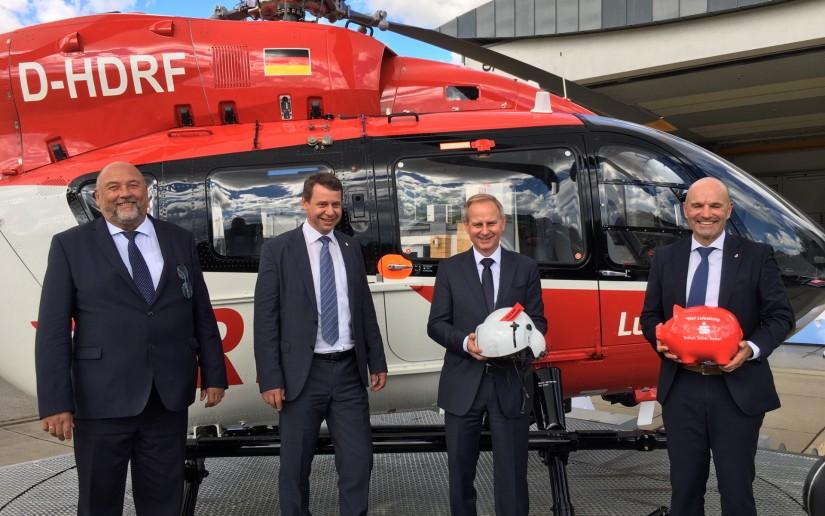 Freuten sich über den neuen 24-Stunden-Hubschrauber (v.l.): Harry Glawe, Minister für Wirtschaft, Arbeit und Gesundheit, Landrat Markus Sack, Sparkassendirektor Ulrich Wolff und Dr. Krystian Pracz, Vorstandsvorsitzender der DRF Luftrettung