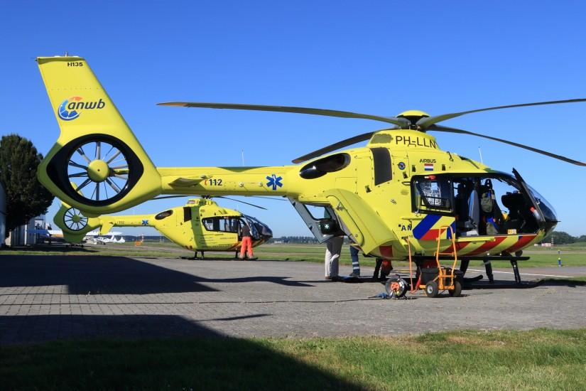 Crewmitglieder rüsten um von der EC 135 (hinten im Bild) auf die neue H135. Gut zu erkennen sind die Unterschiede zwischen den beiden Maschinentypen am Heckausleger
