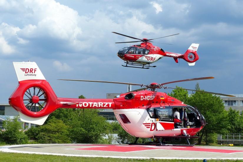 Symbolbild: Mehrere Luftrettungsmittel an einer Klinik