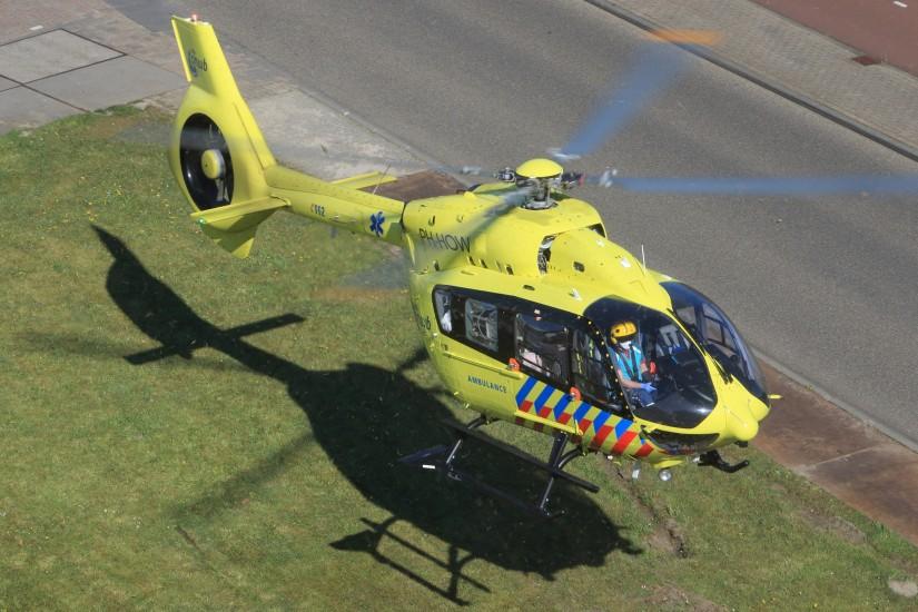 """""""Lifeliner 5"""" verlässt mit einem Patienten das Krankenhaus in Utrecht"""