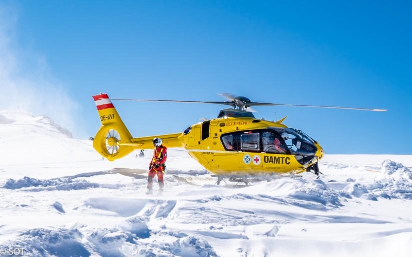 """Eine H135 der ÖAMTC Flugrettung, hier als """"Christophorus 14"""" zu sehen am Dachstein"""