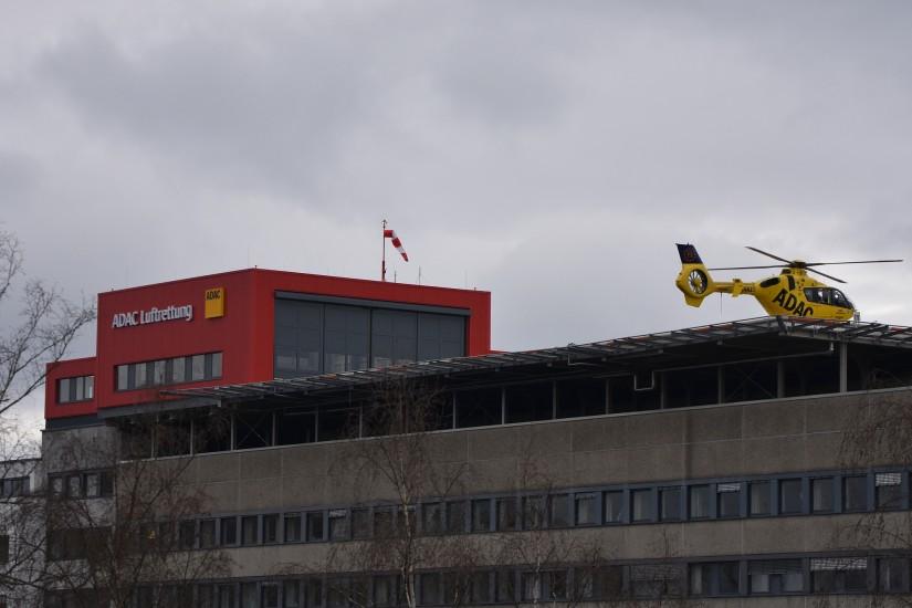 Das winterlich-trübe Wetter vermag auch der neue Hangar mit seinem dunkelroten Farbakzent nicht zu kaschieren