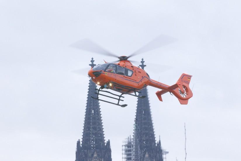 """Zivilschutz-Hubschrauber """"Christoph 3"""" vor dem Kölner Dom"""