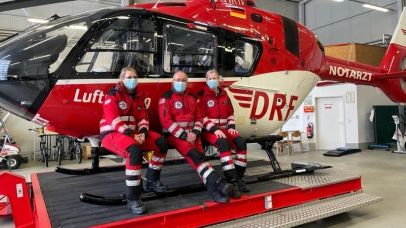 Die Crew vor ihrer neuen H135, v.l.n.r.: HEMS TC Yvonne Conrad, Stationsleiter Gunter Fäth und Notärztin Dr. Marit Stange