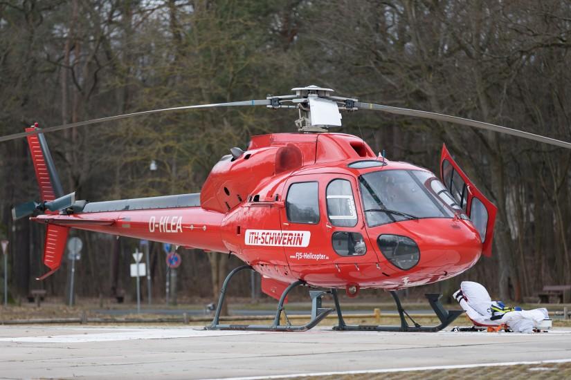 """Der als """"ITH Schwerin"""" beklebte Ambulanzhubschrauber bei einer Fernverlegung zur Uniklinik Erlangen"""