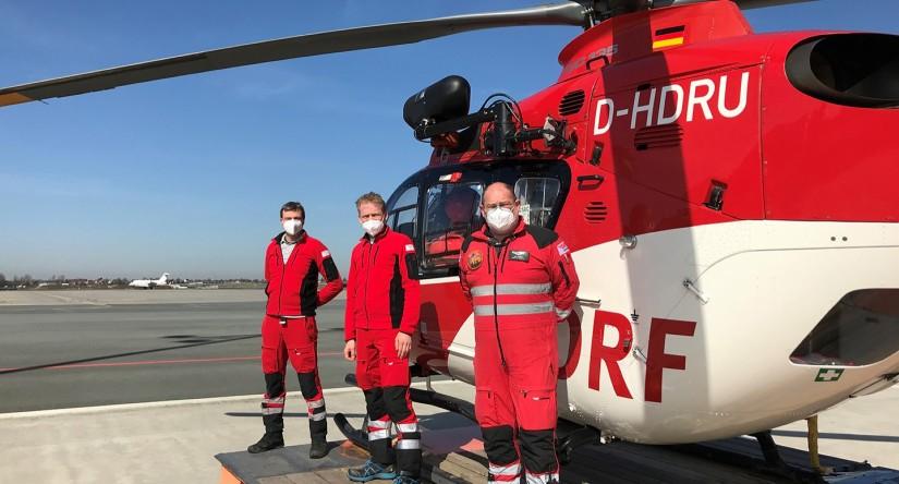 """Die heutige Einsatzcrew, (v.l.n.r.) Pilot Michael Höll, Notarzt Björn Lütcke und Notfallsanitäter Zoltan Nick, freut sich stellvertretend für das gesamte Team von """"Christoph 27"""""""