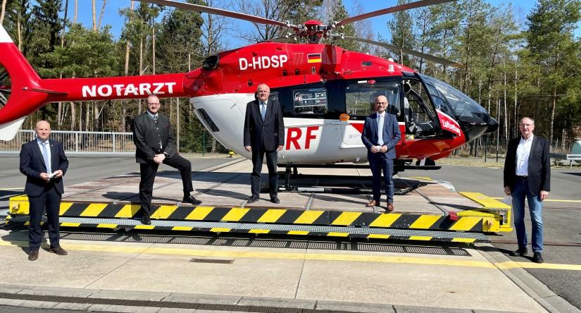 """Der neue """"Christoph 80""""  wird – mit angemessenem Abstand – herzlich begrüßt: Rechts von Dr. Krystian Pracz, Vorstandsvorsitzender der DRF Luftrettung, stehen Vertreter des ZRF und der nordoberpfälzischen Landkreise"""