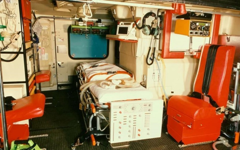 In der Bell 412 wurde der Patient quer zur Flugrichtung liegend transportiert