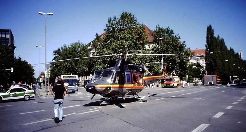 """""""Christoph München"""" bei einem Einsatz im Jahr 2000 mit Landung auf dem Goetheplatz in München"""