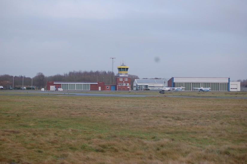 Der JadeWeserAirport am Stadtrand von Wilhelmshaven wird in den nächsten Monaten Heimatbasis des 24-Stunden-Rettungshubschraubers sein (Aufnahme aus dem Dezember 2016)