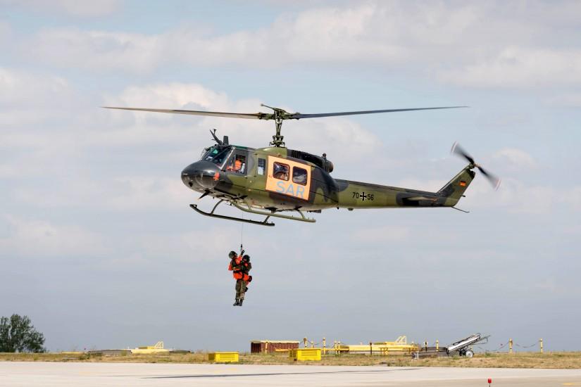 In früheren Jahren hatten die SAR-Hubschrauber durch ihre Rettungswinde abseits der Alpen fast überall ein Alleinstellungsmerkmal; hier eine Übung in Niederstetten