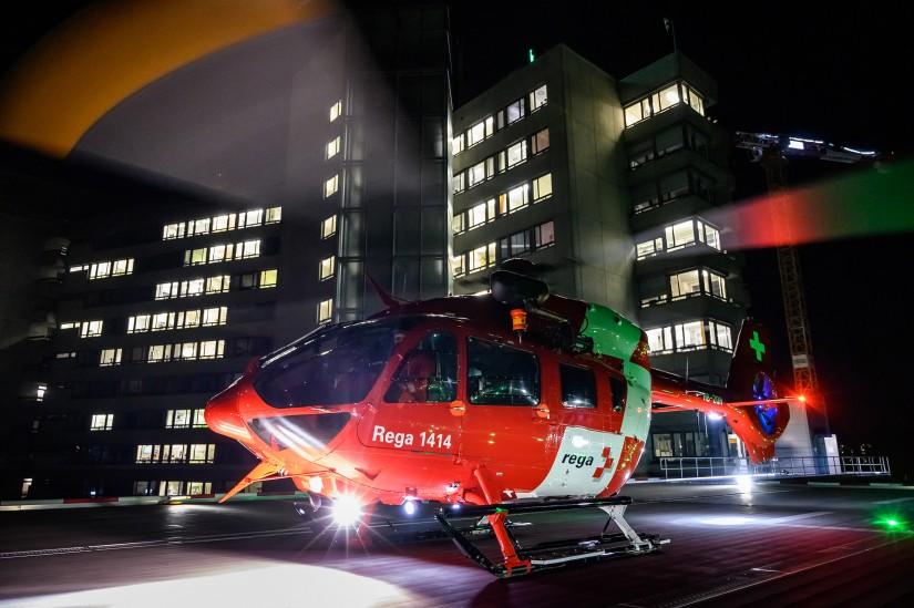 Symboldbild Nachteinsatz eines Rettungshelikopters der Rega