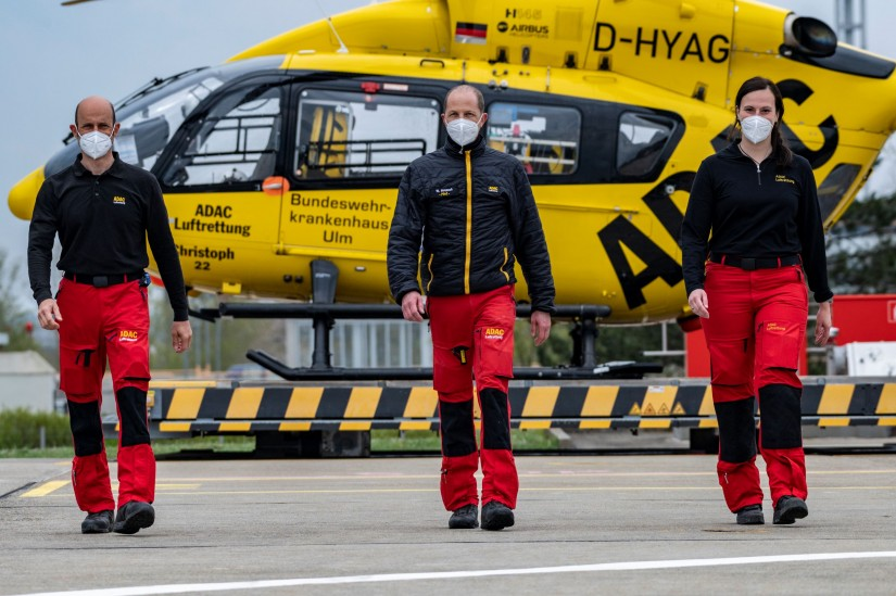 "Die Jubiläums-Crew von ""Christoph 22"" (v.l.): Stabsfeldwebel Dirk Hornig (HEMS-TC), Willi Hospach (Pilot) Oberfeldarzt Dr. Mirjam Kauper"