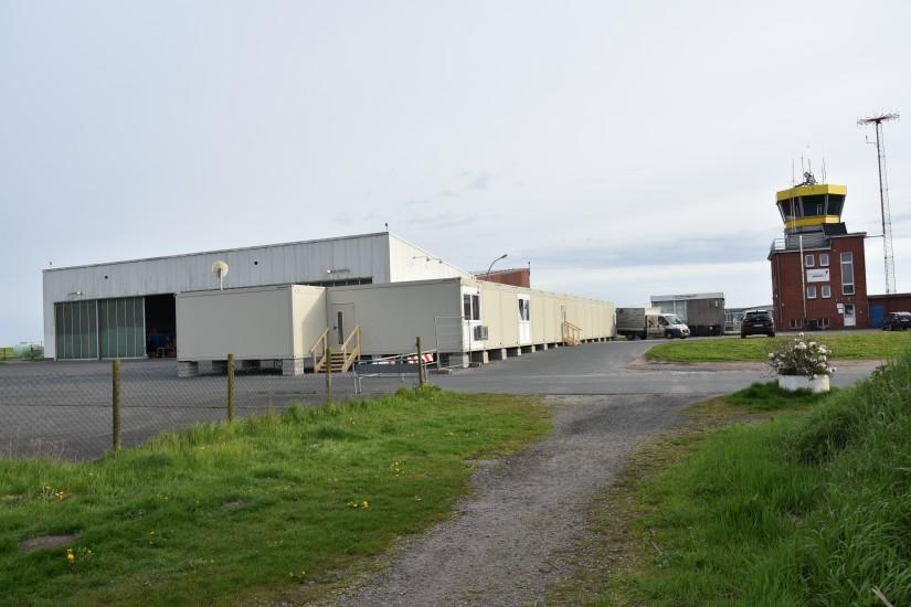 """Links sieht man den Hangar Nr. 7, wo während den Nachtzeiten der RTH """"Christoph 26"""" – vor Wind und Wetter geschützt – untergebracht ist"""