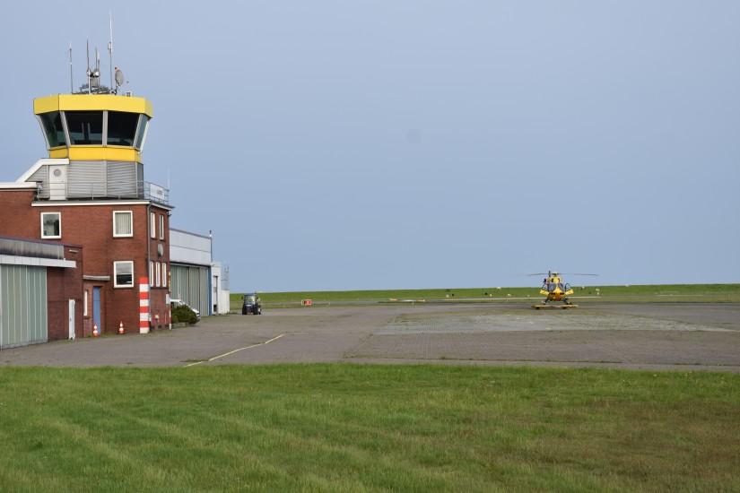 """Wie auf einer Modelleisenbahnanlage: Links der Tower des JadeWeserAIRPORT, rechts der RTH """"Christoph 26"""""""