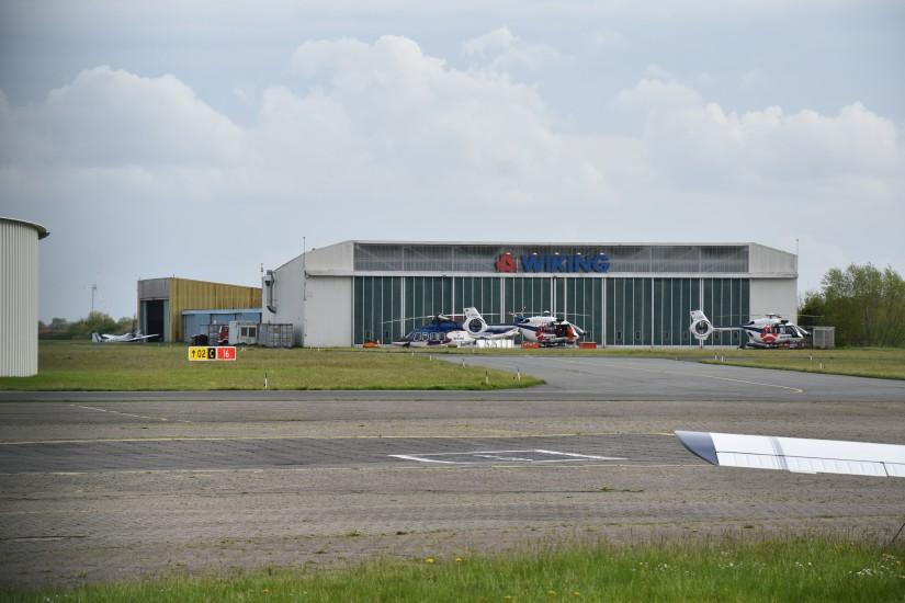Die Firma WIKING Helikopter hat ihre Hallen vis-à-vis