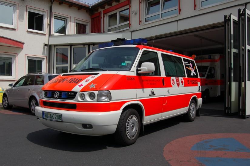 Der Würzburger Baby-Notarztwagen trägt die Logos der drei Würzburger Hilfsorganisationen BRK, JUH und MHD (Aufnahme aus dem Mai 2008)