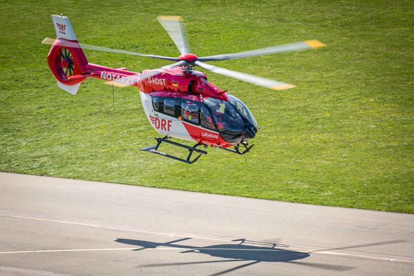 Die weltweit erste H145, die nachträglich von vier auf fünf Rotorblätter umgerüstet wurde, im Flug
