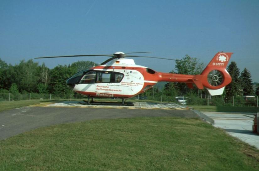 """1996 ging mit der D-HYYY eine der beiden weltweit ersten EC 135 in HEMS-Version als """"Christoph 18"""" in Betrieb (Aufnahme aus den frühen Nullerjahren)"""