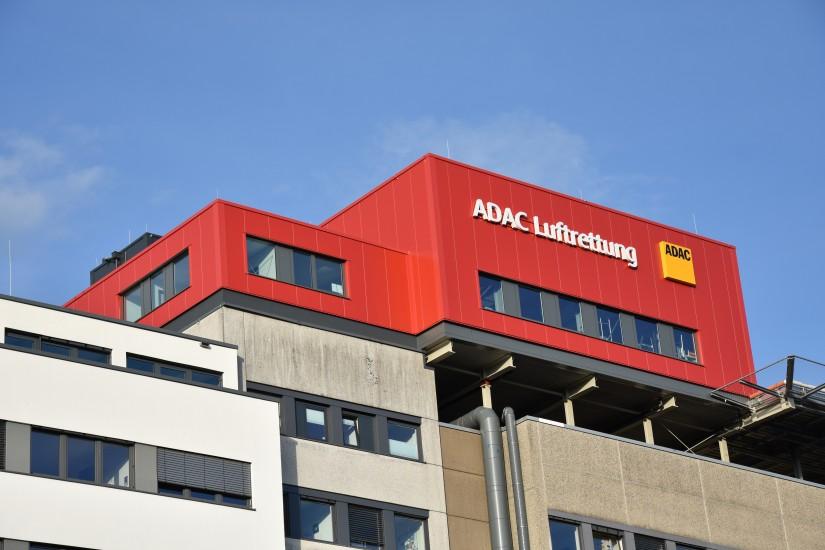Ungewohnte Farbe: der neue Hangar auf dem Dach des Diakonie Klinikums Jung-Stilling im besten Abendlicht