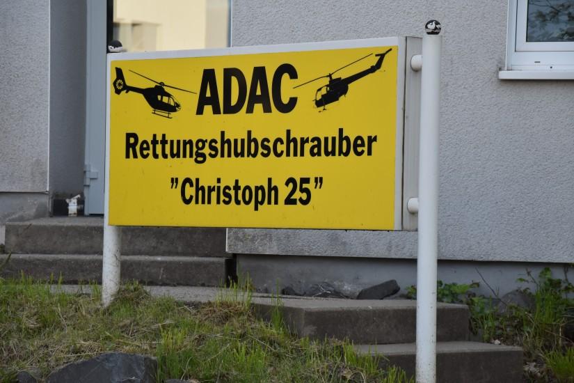 An die alte Luftrettungsstation der ADAC Luftrettung erinnert neben den Gebäuden derzeit noch das alte auffällige Stationsschild in Gelb und Schwarz