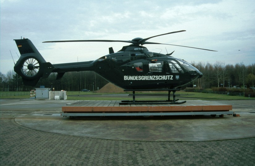 """Im Jahr 2003 flog am alten Standort des ZSH """"Christoph 3"""" am Klinikum Köln-Merheim eine grüne EC 135 T2 als Ersatz für die Stammmaschine vom Typ EC BO 105 CBS-5"""